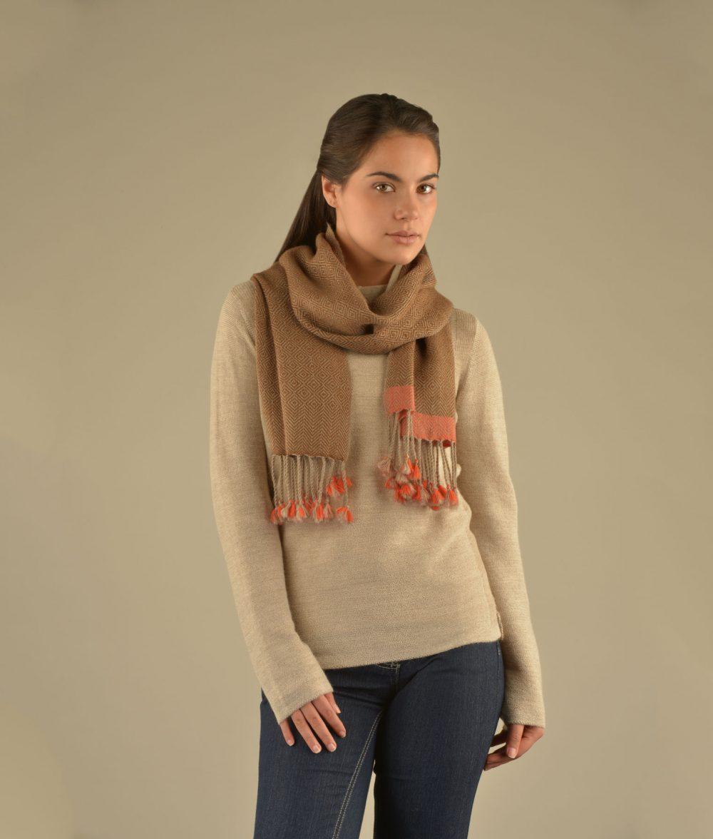 Écharpe NOVETHNI en bébé alpaga - écharpes, bonnets et pulls en alpaga. Fine Alpaca, fine laine et coton du Pérou, vêtements en fibres naturelles.